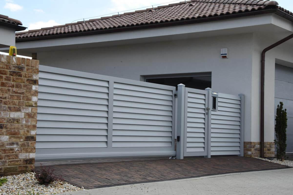 Hliníkový plot TURF so vstupnou bránkou, vjazdovou bránou aj plotovým dielom sintercom a zabudovanou schránkou. Zdroj: www.sunsystem.sk