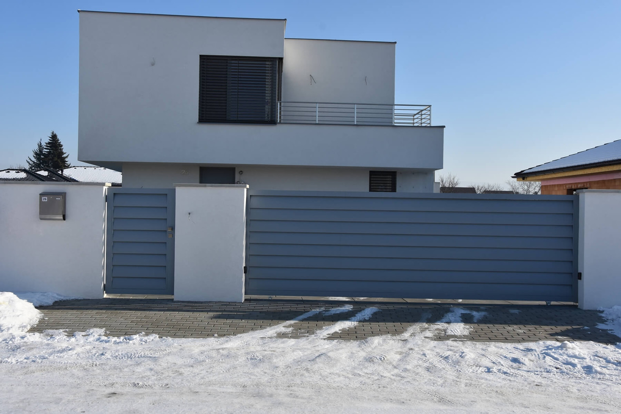 Hliníkový plot AERO sbránou a brankou. Zdroj: www.sunsystem.sk
